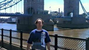 Le chandail du Pont de Londres de Barsky reflète le site emblématique de Londres dans tous ses détails (Autorisation/Facebook)