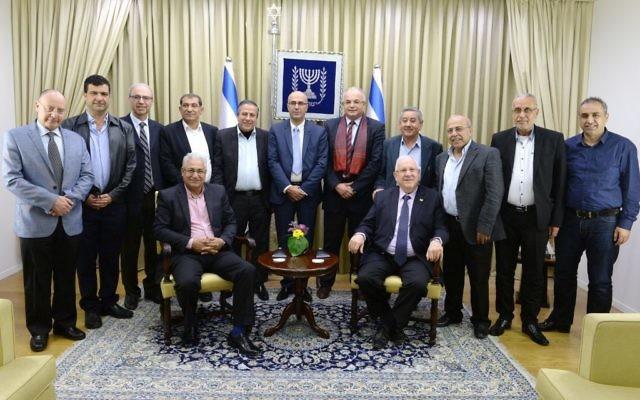 Le président Reuven Rivlin entouré des maires et chefs de conseils régionaux arabes (Credit: Mark Neiman / GPO)