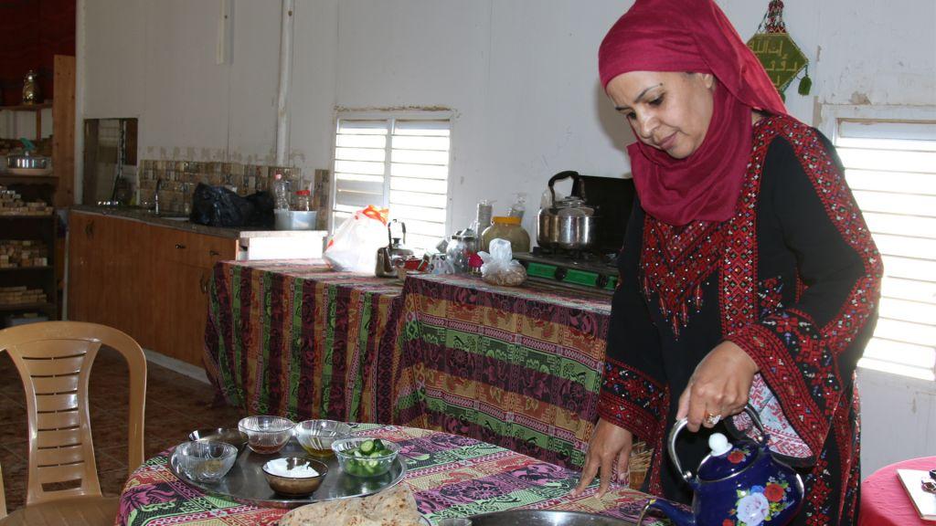 Mariam Abu Rakaek au sein de son commerce, 'la Fille du Désert' à Tel Sheva. (Crédit : Shmuel Bar-Am)