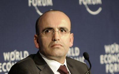 Le vice-Premier ministre turc Mehmet Şimşek lors du Forum économique mondial sur l'Europe et l'Asie centrale à Istanbul, en Turquie, le 31 octobre 2008 (Crédit : Copyright World Economic Forum / Serkan Edeleklioglu)