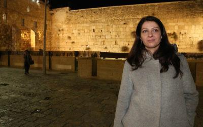 Muna Duzdar, dont le poste en Autriche est l'équivalent de vice-ministre aux Affaires étrangères, en visite au Mur occidental de Jérusalem, le 6 janvier 2017 (Crédit : Uri Ishay/JTA)
