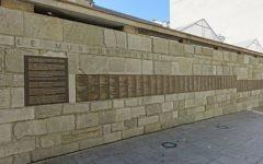 Mur des Justes au Mémorial de la Shoah à Paris. Illustration. (Crédit : Guilhem Vellut/CC-BY SA 2.0)