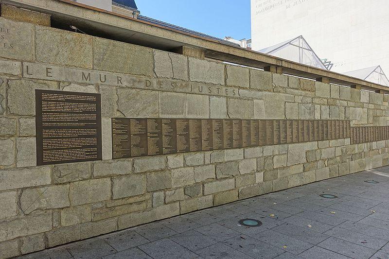 Mur des Justes au Mémorial de la Shoah à Paris (Crédit : Guilhem Vellut/CCBY SA 2.0)