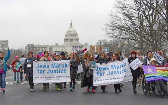 Les partisans du Conseil National des Femmes Juives et d'autres organisations juives rassemblées sur le National Mall pour la marche des femmes à Washington, le 21 janvier 2017 (Crédit : Ron Sachs via JTA)