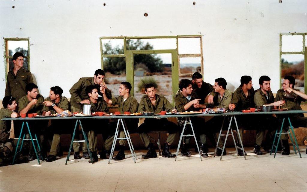 'Sans titre (Le dernier repas)' d'Adi Nes, pensé jusqu'à la dernière assiette (Autorisation Musée d'Israël)