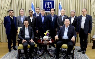 Le président Reuven Rivlin entouré des ambassadeurs et chargés d'affaires d'Asie-Pacifique (Crédit: Mark Neiman / GPO)