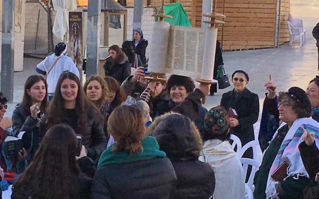 Les Femmes du mur originales lisent la Torah au mur Occidental, le 23 janvier 2017. (Crédit : Alden Solovy)