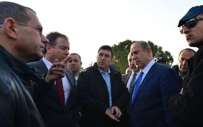 Le Premier ministre Benjamin Netanyahu, à droite, et son ministre de la Défense Avigdor Liberman, derrière lui, sur les lieux d'un attentat au camion bélier à Jérusalem, le 8 janvier 2017. (Crédit : Kobi Gideon/GPO)