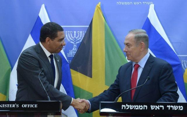 Le Premier ministre Benjamin Netanyahu avec son homologue jamaïcain Andrew Holness, à Jérusalem, le 12 janvier 2017. (Crédit : Amos Ben-Gershom/GPO)