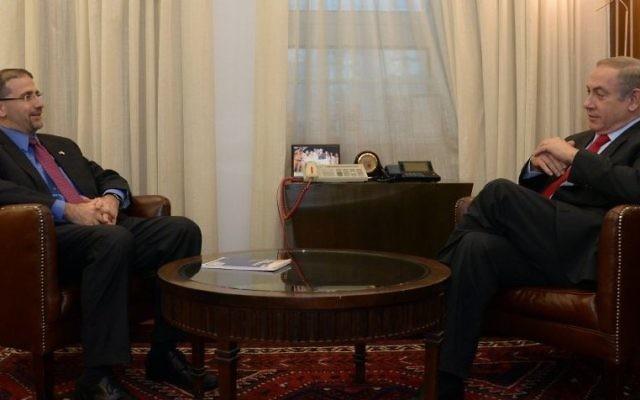 Le Premier ministre Benjamin Netanyahu  et l'ambassadeur sortant des Etats-Unis, Dan Shapiro, le 19 janvier 2017. (Crédit : Haim Zach/GPO)