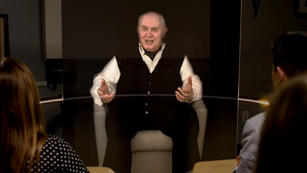 Le survivant de l'Holocauste Pinchas Gutter apparaissant sous la forme d'un hologramme lors d'une présentation interactive développée par l'USC Shoah Foundation. (Autorisation : USC Institute for Creative Technology)