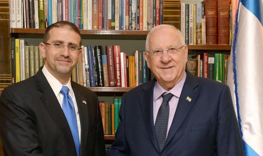 L'ambassadeur américain en Israël Dan Shapiro rencontre le Président Reuven Rivlin le 17 janvier 2017 (Crédit : Mark Neiman/GPO)