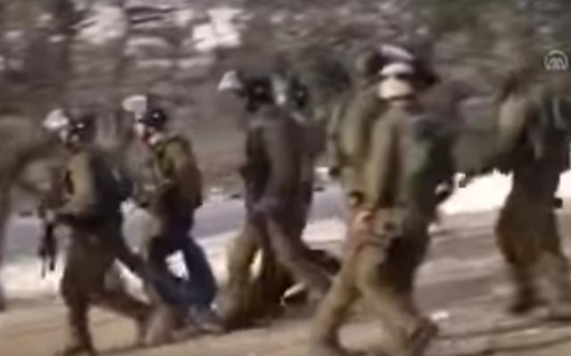 Des soldats israéliens transportent un adolescent blessé par balles, qui est ensuite décédé, pendant une violente émeute près de Bethléem, le 16 janvier 2017. (Crédit : capture d'écran YouTube)