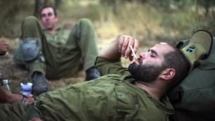 Des soldats israéliens fument une cigarette durant un entraînement dans le nord d'Israël, le 14 juin 2009 (Crédit : Matanya Tausig/Flash90)