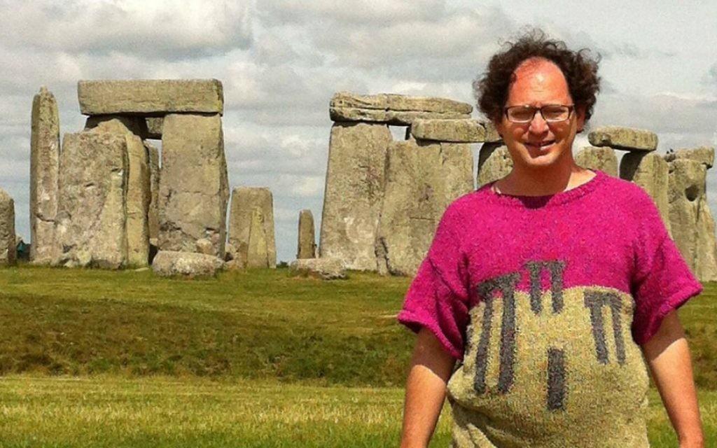 La nouvelle vedette d'Internet Sam Barsky pose avec son chandail à motif dolmens en Angleterre.  (Autorisation/Facebook)