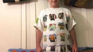 Sam Barsky présente son 100ème chandail, une compilation des versions miniatures de ses précédents tricots (Autorisation /Facebook)