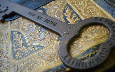 Une clé symbolique de la consécration du Temple Sépharade Tifereth Israel de Los Angeles fait partie d'une collection d'archives acquise par l'UCLA. (Autorisation : UCLA)