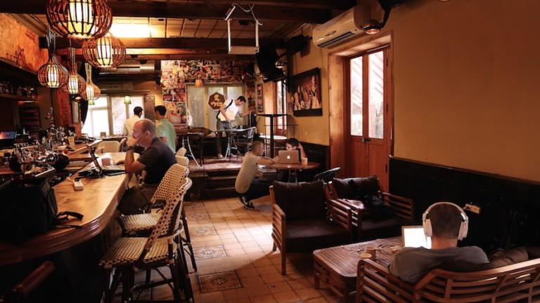 Des Israéliens travaillent au Pub Hub au Polly Bar, un bar de Tel Aviv, en novembre 2016 (Crédit : Noi Arkobi)