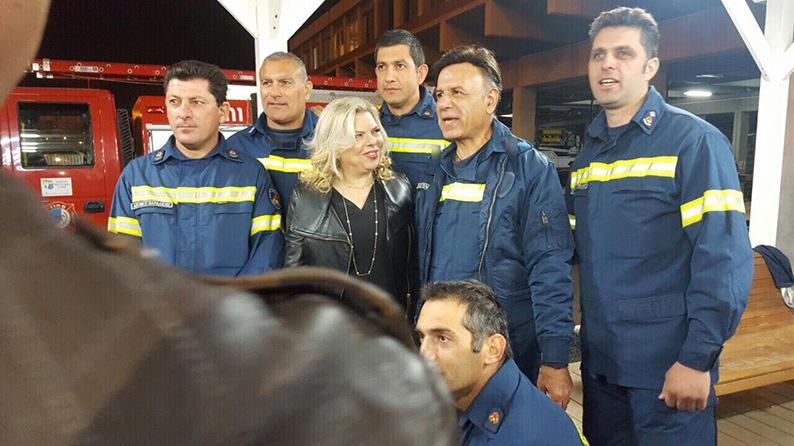 Dans la photographie envoyée aux médias chypriotes, la veste du pompier, situé à droite de Sara Netanyahu, a été modifiée pour ne présenter que deux étoiles. (Crédit : autorisation du Cyprus Mail)