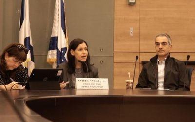 La députée Karin Elharar, présidente de la commission de Contrôle de l'Etat de la Knesset, pendant une session sur la répression de la fraude des options binaires, le 2 janvier 2017. (Crédit : Luke Tress/Times of Israël)