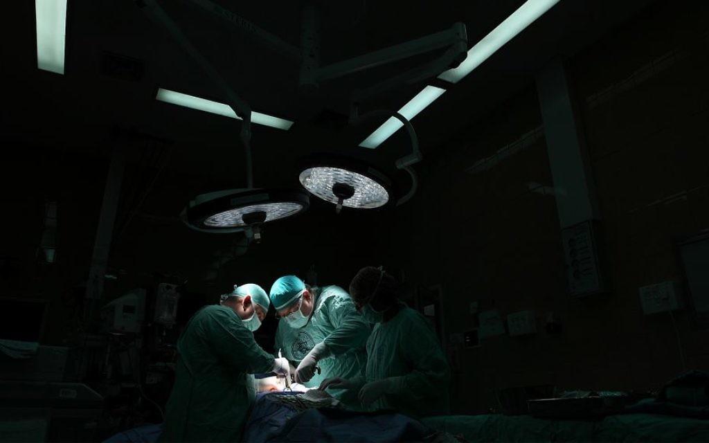 Photo d'illustration de médecins dans une salle d'opération. (Crédit : Yaakov Naumi/Flash90)