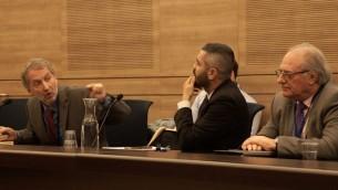 David Horovitz, rédacteur en chef du Times of Israël, à gauche, pendant une session de la commission de Contrôle de l'Etat de la Knesset sur la répression de la fraude des options binaires, le 2 janvier 2017. A droite se trouve Graham Towler, retraité anglais victime des options binaires israéliennes. (Crédit : Luke Tress/Times of Israël)