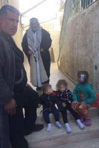 Les proches du terroriste Ibrahim Fadi al-Qunbar, à leur domicile dans le village de Jabel Muqabar, le 10 janvier 2016 (Crédit : Avi Issacharoff)