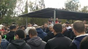 Le leader de la Liste arabe unie Ayman Odeh (au centre) accompagné de parlementaires issus de sa formation lors des funérailles de Lian Zaher Nasser qui se sont tenues mardi 2 janvier 2017 (Crédit : Porte-parole de la Liste arabe unie)