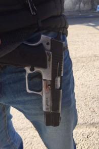 Le pistolet découvert par la police, volé à un agent de sécurité le 5 janvier 2016, à Beer Sheva. (Crédit : Israel Police)