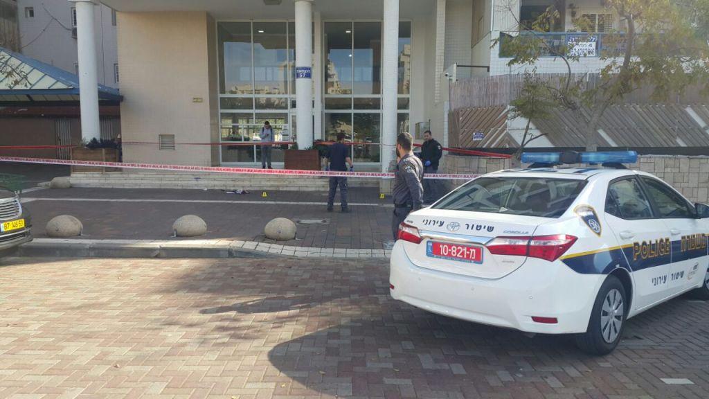 La scène d'une attaque au couteau à Ashdod, le 5 janvier 2017. (Crédit : police israélienne)