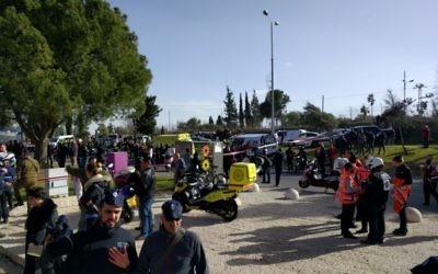 Scène d'un attentat présumé au camion bélier à Jérusalem, le 8 janvier 2017. (Crédit: Luke Tress/Times of Israël)
