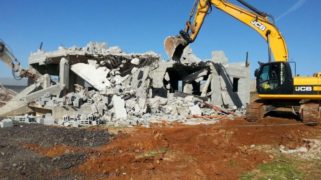 Démolition de maisons en construction dans la ville arabe de Qalansawe, le 10 janvier 2017. (Crédit: unité nationale du ministère des Finances pour l'application des lois de la planification et de la construction)