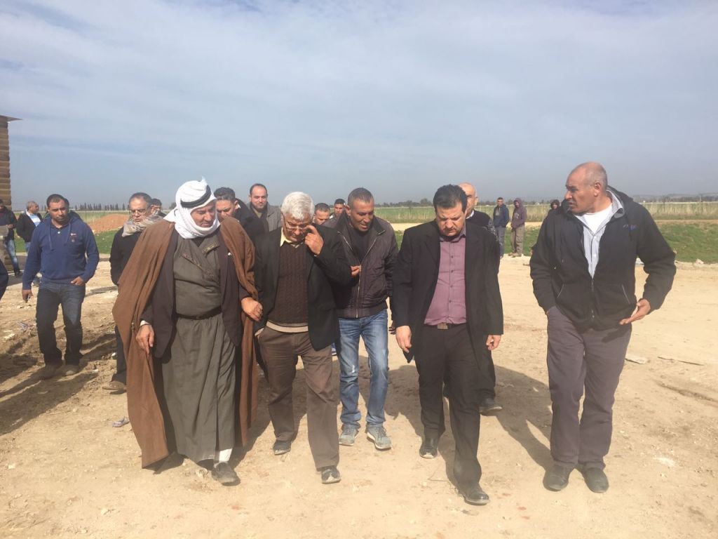 Des députés de la Liste arabe unie venus assister à la démolition de maisons en construction dans la ville arabe de Qalansawe, le 10 janvier 2017. (Crédit : Liste arabe unie)