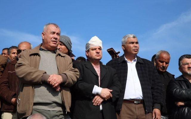 Le député Ayman Odeh, au centre, de la Liste arabe uni, entouré d'autres dirigeants de la communauté arabe israélienne sur les lieux d'une émeute, dans le village bédouin d'Umm al-Hiran, où Odeh a été blessé, le 18 janvier 2017. (Crédit : Dov Lieber/Times of Israël)