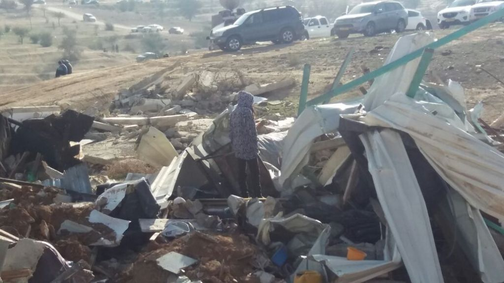 L'une des filles de Yaqoub Mousa Abu Al-Qian, qui, selon la police, a tué un officier le 18 janvier 2017 à Umm il-Hiran, parmi les décombres de sa maison. La police avait détruit sa maison ce matin-là (Crédit : Dov Lieber / Times of Israel)