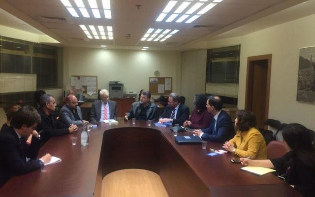 Les députés de la Liste arabe unie avec des représentants de l'Union européenne à la Knesset, le 18 janvier 2017. (Crédit : autorisation)