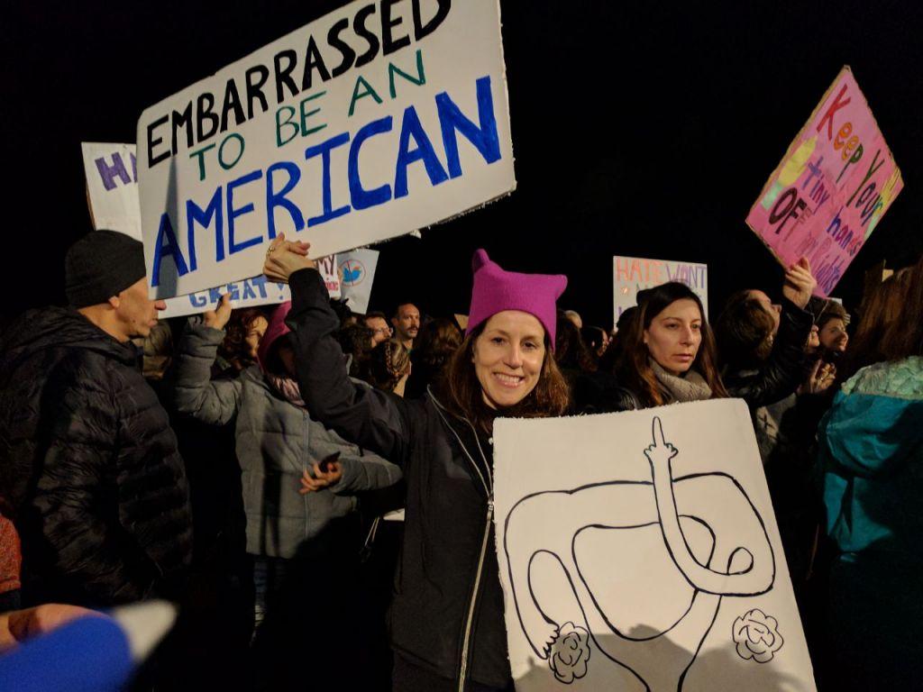 Manifestation anti-Trump devant l'ambassade américaine de Tel Aviv, le 21 janvier 2017. (Crédit : Melanie Lidman/Times of Israël)