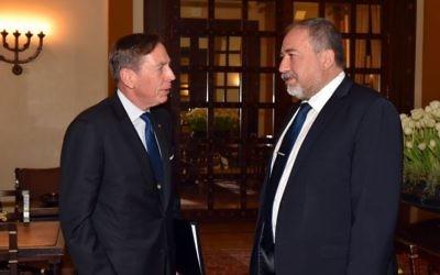 L'ancien directeur de la CIA  David Petraeus, à gauche, avec  le ministre de la Défense Avigdor Liberman, à Jérusalem, le 22 janvier 2017. (Crédit : Ariel Hermoni/ministère de la Défense)