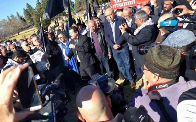 Les députés arabes israéliens et des manifestants protestent contre les démolitions de maisons devant la Knesset, le 23 janvier 2017. (Crédit : Liste arabe unie)