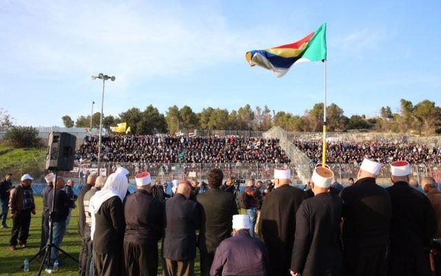 Des milliers de Druzes se rassemblent pour protester contre les démolitions planifiées de leurs maisons dans le nord d'Israël le 24 janvier 2017 (Crédit : Autorisation Liste arabe unie)
