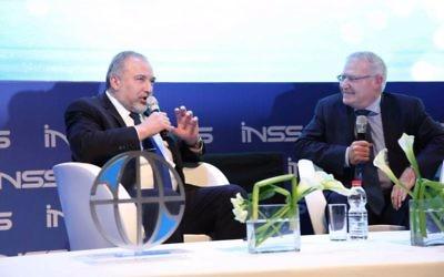 Avigdor Liberman pendant la conférence de l'INSS à Tel Aviv, le 24 janvier 2017. (Crédit : Hen Galili)