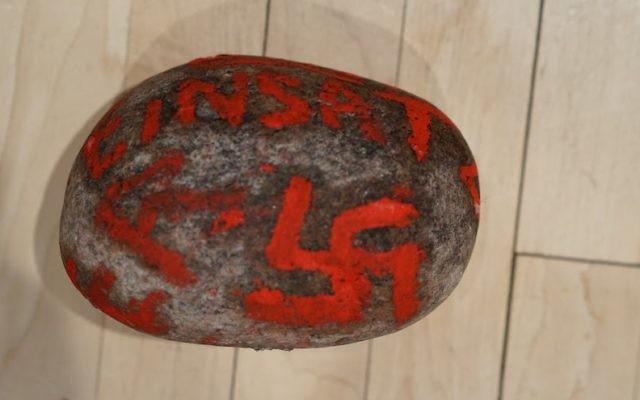 Une pierre arborant des inscriptions antisémites et une référence à une brigade d'extermination nazie a été laissée dans un sac sur le seuil de la maison d'un couple juif de Winnipeg, au Canada (Crédit : autorisation Bnai Brith Canada)