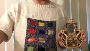 L'amateur de tricot de Baltimore Sam Barsky a revêtu son chandail aux motifs de Yom Kippour, arborant le blanson du Grand Prêtre (Autorisation /Facebook)