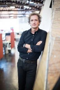 Le designer industriel Yves Béhar a travaillé avec Intuition Robotics sur ElliQ (Crédit : Autorisation)