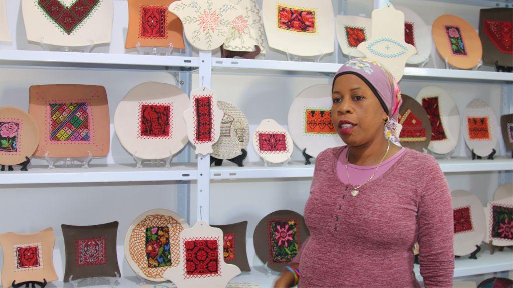 Zenab Garabia dans sa galerie à  Segev Shalom. Garabia est spécialisée dans la poterie et les créations bédouines traditionnelles. (Crédit : Shmuel Bar-Am)