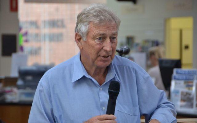 Le maire de Mosman, Peter Abelson en 2012 (Crédit : CC BY Mosman Library/Flickr)