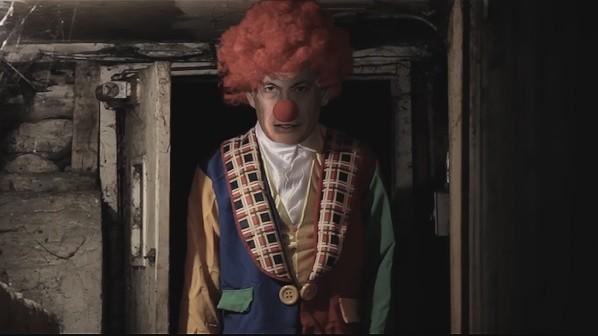Le Premier ministre Benjamin Netanyahu habillé en clown dans une vidéo de propagande du Hamas, diffusée le 31 décembre 2016. (Crédit : capture d'écran YouTube)