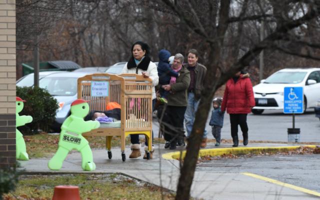 Le centre communautaire juif d'Albany (Etat de New York) temporairement évacué suite à une alerte à la bombe, le 18 janvier 2017. (Crédit : capture d'écran Twitter via JTA)
