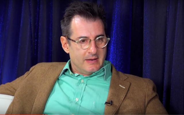 Capture d'écran d'une interview avec le dramaturge  Jon Robin Baitz, en 2011 (Crédit : Capture d'écran YouTube / Braodwaycom)