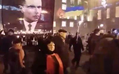 Manifestation célébrant l'anniversaire de Stepan Bandera, un collaborateur nazi dont les troupes ont tué des milliers de juifs, à Kiev, en Ukraine, le 1er janvier 2017. (Crédit : capture d'écran YouTube)